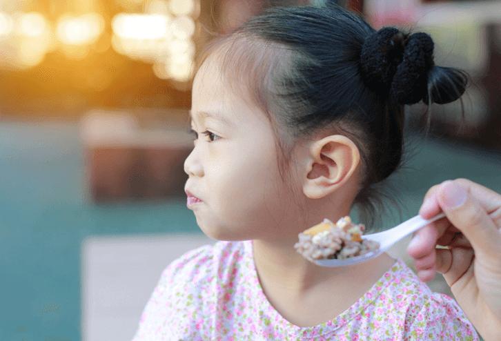 Cách giúp trẻ ăn không ngậm