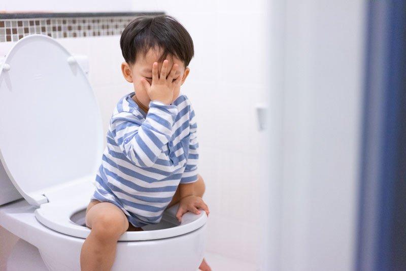 Trẻ 2 tuổi bị táo bón, phải làm gì?