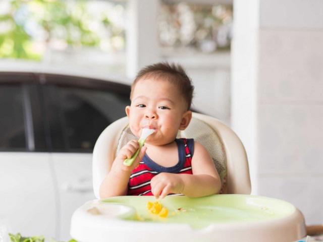 tập cho bé ăn