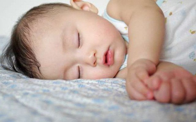 Trẻ 6 tháng tuổi ngủ ít có sao không?