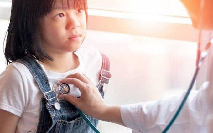 Bé gái 8 tuổi tiết dịch âm đạo có phải dấu hiệu dậy thì sớm?