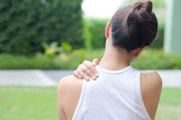 Nữ 29 tuổi đau vai, đau cột sống điều trị như thế nào?