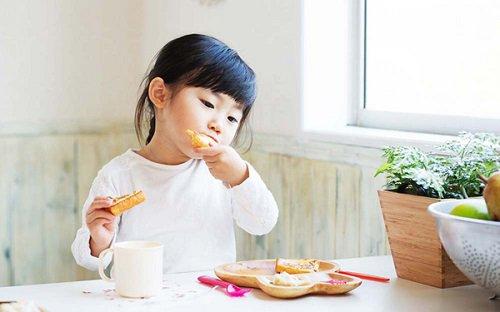 trẻ em đang lớn cần nhiều thức ăn