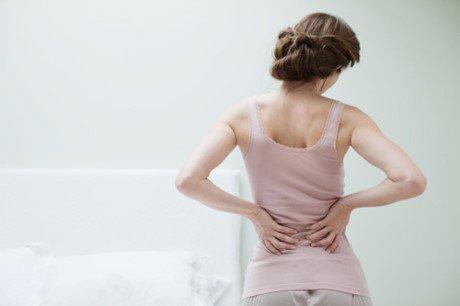 Loãng xương sau mãn kinh có thể gây đau cột sống cho phụ nữ