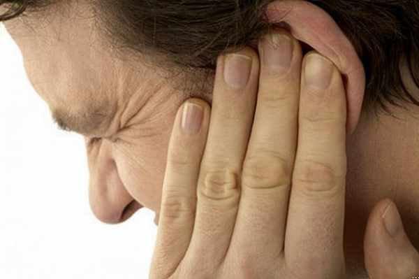 Ù tai một bên kéo dài phải làm sao?