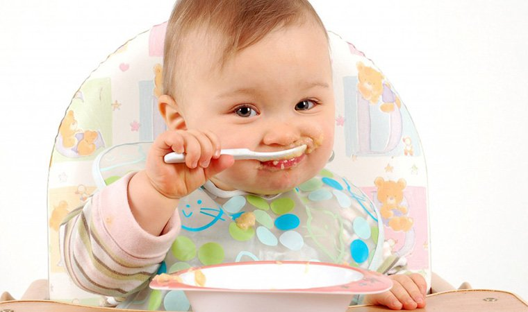 trẻ ăn khoai lang