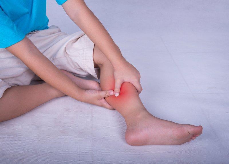 trẻ hay bị tê chân