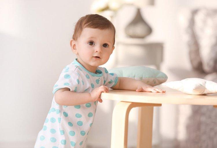 trẻ 4 tháng cho tập đứng